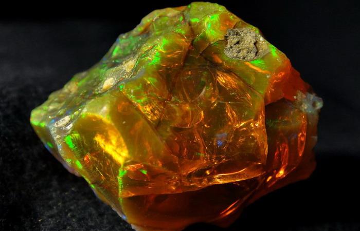 Благородный камень огненный опал