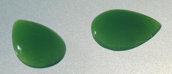 Камень зеленого цвета непрозрачный