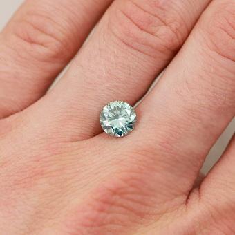 Муассанит ярче настоящего бриллианта, поэтому алмаз сложнее отличить от  него, чем от фианита. Химически этот минерал известный, как карбид кремния  или ... f7d5324cc22